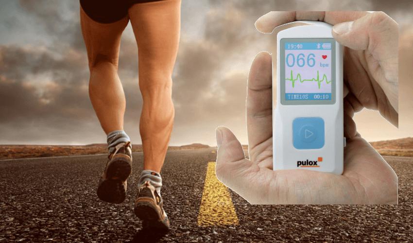 Im Hintergrund ein joggender Mann, im Vordergrund ein Dauer EKG Gerät
