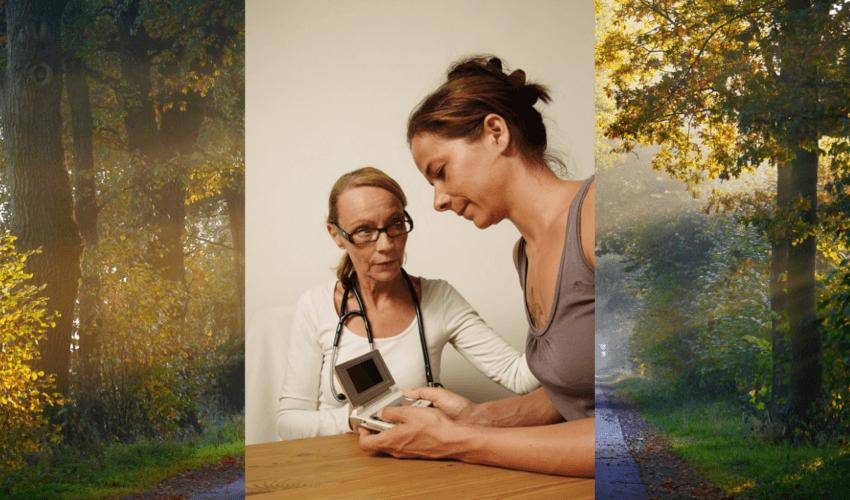 Eine Patienten bei einer Ärztin die das EKG Gerät von Cardio 24 erklärt