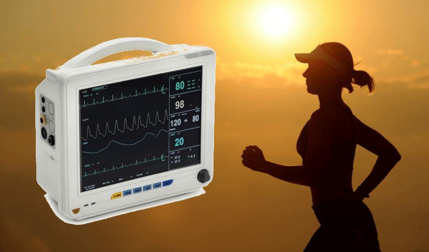 Ein EKG Gerät aus dem Krankenhaus neben einer jungen Frau
