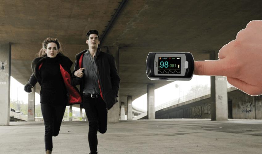 Zwei Menschen rennen und testen dabei ihr EKG Gerät