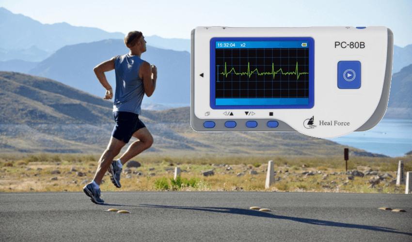 Ein laufender Mann der ein tragbares EKG Gerät bei sich hat